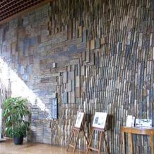 ロビーの陶壁