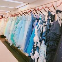 様々なブランドのドレスが揃います