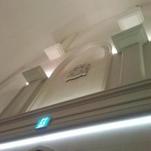 入り口上部。天井は高い