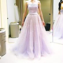 全体がキラキラする淡い紫のドレス