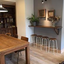 親族控室。カフェのような感じ。
