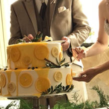 ケーキ入刀の代わりに、ケーキにソースを!