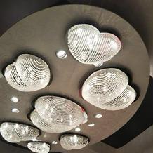 披露宴会場の天井の照明がハートで可愛い