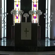 白色チャペル。祭壇。