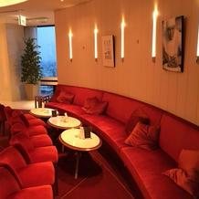 ゲスト待合室。赤のソファがお洒落。