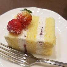 カット済みのウェディングケーキ