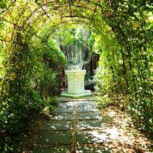 ガーデン挙式の時に通るトンネルです。