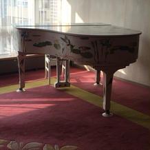 絵が描かれたグランドピアノ