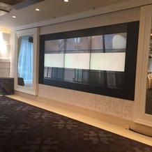 松風の間の埋め込み大画面モニター