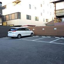 打ち合わせ建物裏に駐車場があります。