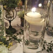 テーブルのお花とキャンドル