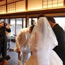 新婦父から新郎への花嫁受け渡しです