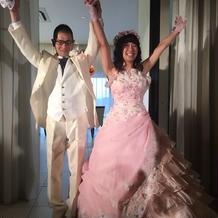 かわいいピンクのドレスと純白のスーツ