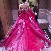カラードレス後姿 背中のリボンがポイント