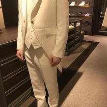 白スーツ正面