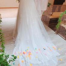 ドレスとリボンフラワーシャワー