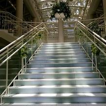 階段の上(装花の下)でブーケ贈呈。