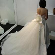 スサーと広がるドレスです。