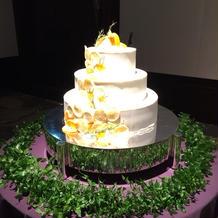 ケーキと、ケーキの装花