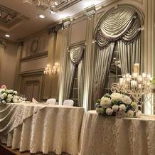 豪華な雰囲気のメインテーブル。