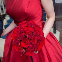 とても発色の良い赤のドレス。