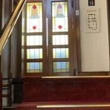 階段先のステンドグラスキレイ!