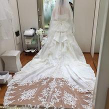 トレーンの長いドレス