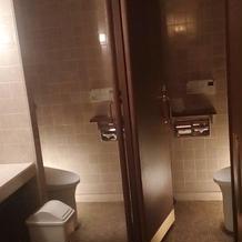 女性用トイレは個室が二つでした