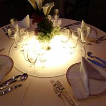 光る丸テーブルは幻想的