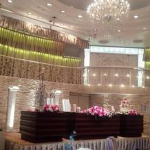 披露宴会場は天井が高く素敵な会場でした。