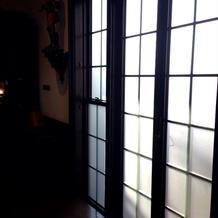披露宴会場外の窓。大きくて明るい。