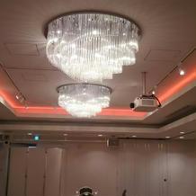 天井の色の変わる光