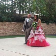悩んだ花柄、赤ピンクのドレス