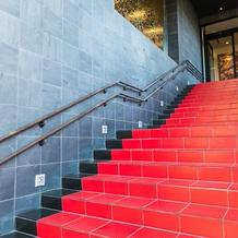 赤い階段が印象的
