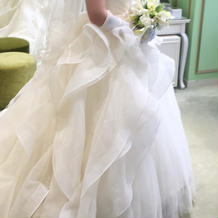 オーバードレス付きのふわふわドレス。