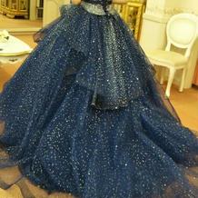 青の衣装。