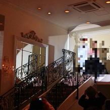 披露宴会場にも階段が。(フランス邸)