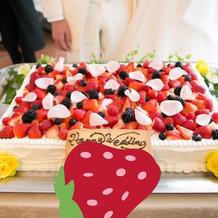 ウェディングケーキ。花びらは本物です。