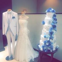 ウエディングケーキとドレスの展示