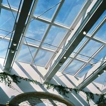 挙式会場の天井(カーテンが開いたあと)