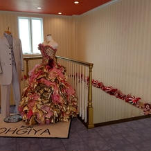 室内にドレスが飾られています。