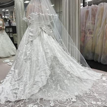 白ドレスも型も色々ありました。