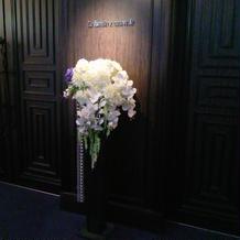 入口の造花です