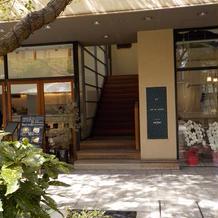 階段左が待合室(普段はカフェ営業)