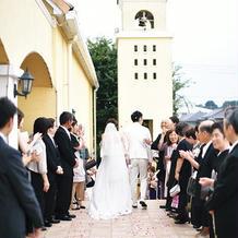 挙式後に新郎新婦が鳴らす鐘