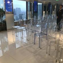 椅子も透明で素敵です。