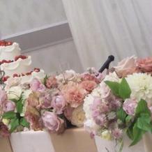 ウエディングケーキと高砂の花
