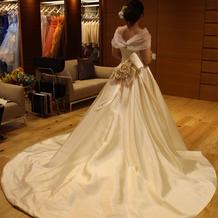 後ろのバラと最上級の生地が美しいドレス