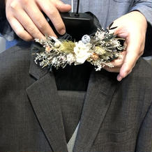 ブラウンのオーダースーツと蝶ネクタイ