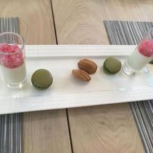 桃のジュレとマカロン